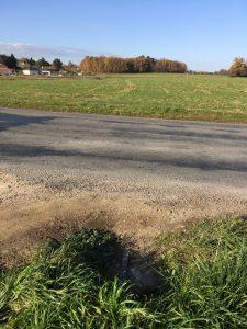 vue sur route et grand terrain vaste en herbe